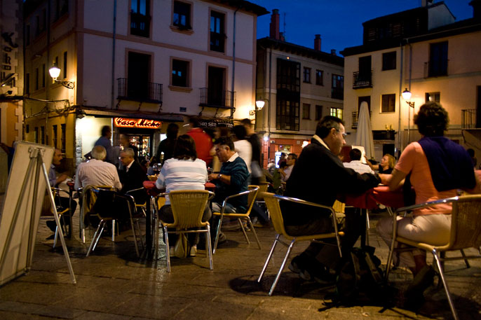 Terrazas del Barrio Húmedo de León al atardecer, lugar muy concurrido por los peregrinos que comienzan el Camino en León.