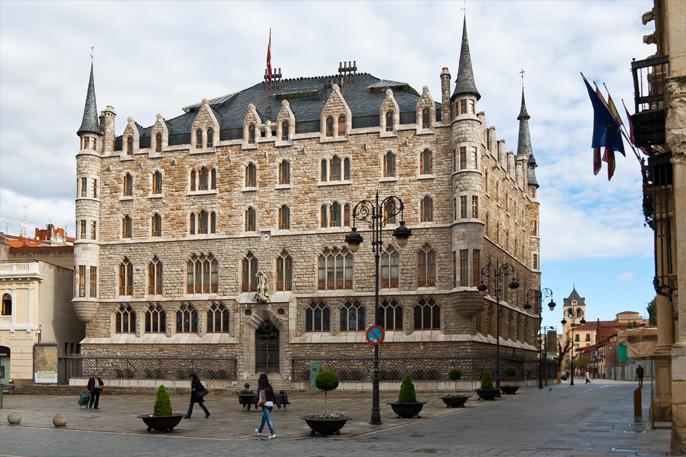 Fachada de Casa Botines, obra del arquitecto catalán Antoni Gaudi