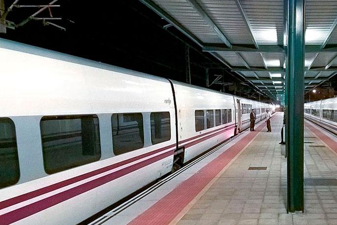 Muchos peregrinos apuestan por el tren para llegar al inicio del Camino Francés desde León