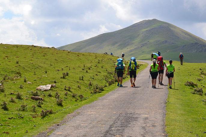 Peregrinos atravesando el paso de Roncesvalles en la primera etapa saliendo desde Saint Jean Pied Port.