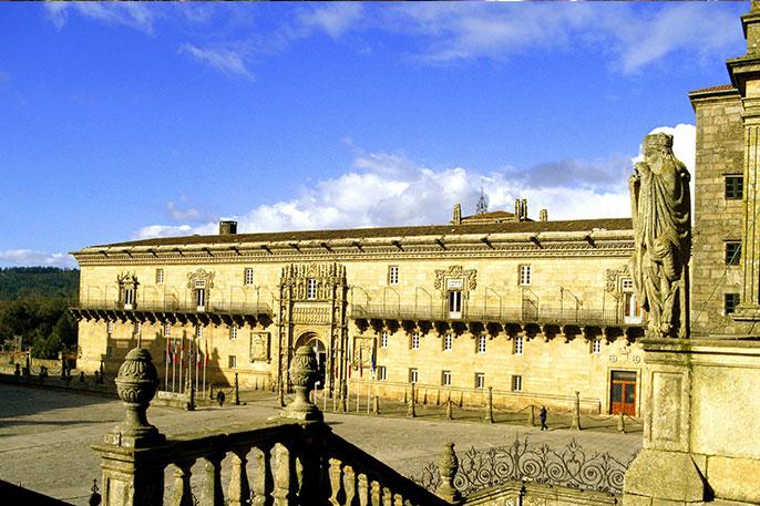 Vista de la plaza del Obradorio y el Parador desde la Escalinata de la fachada principal